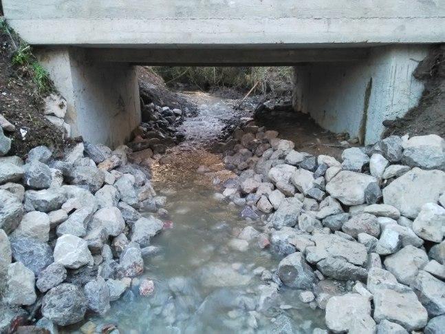 pose d'enrochement sous un pont